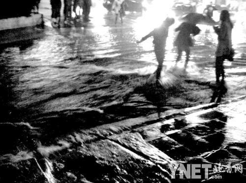 路人无意中拍下的杨丽君(右一),或许是她坠井前的最后影像