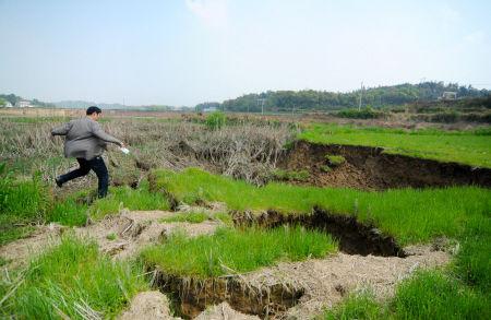 多处地面塌陷让湘潭市雨湖区响塘乡方竹村的村民们忧心忡忡。欧阳天 朱炎皇 摄影报道