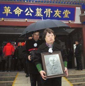 3月31日上午7点45分,林伯渠骨灰迁移请灵仪式在北京八宝山革命公墓骨灰堂举行,孙女林友群抱着林伯渠的遗像。