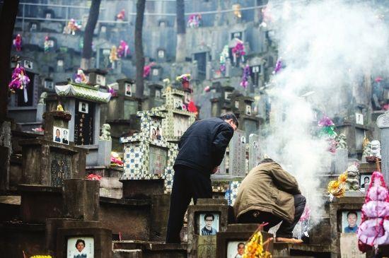4月4日,湖南革命陵园,市民扎堆前往陵园扫墓向故去的亲友寄托哀思。图/记者李坤