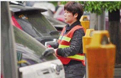 4月8日,长沙道路临时停车管理正式启动。蔡锷路与湘春路交会路口设置了28个咪表停车位,并配有专业收费员。实习记者 李健 摄