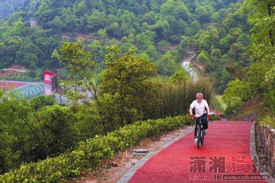 4月9日,骑行爱好者正体验桃花岭的自行车道
