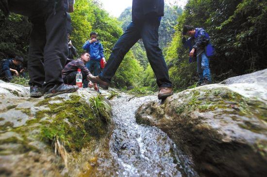 4月11日,桑植县苦竹坪乡张家湾村,到达天梯前要徒步近一个小时山路。图/记者华剑