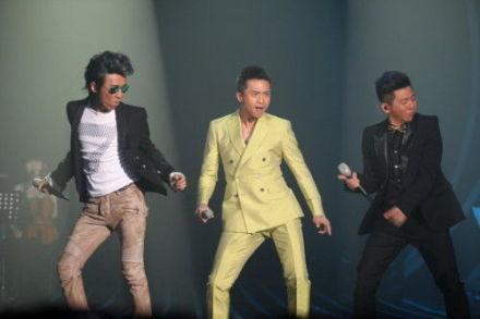 《我是歌手》总决赛现场 羽泉邀邓超帮帮唱