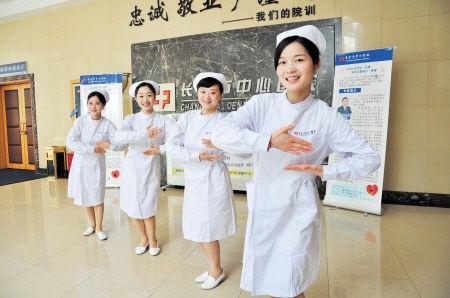 长沙美女护士现场示范乳房保健操抗癌(图)
