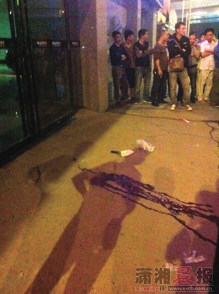4月17日,衡阳市江东光明桥头,枪击现场留一摊血渍。图/通讯员欧颖辉