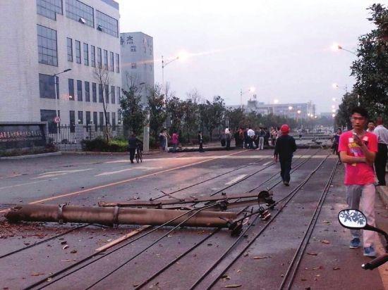 4月18日,望城遭遇冰雹大风天气,路边的电线杆被吹断。图/朱永恩