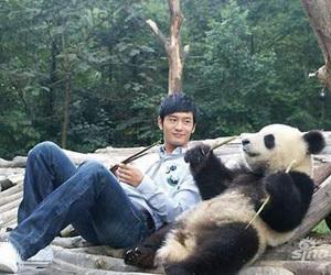 雅安地震众星祈福 黄晓明心系领养熊猫