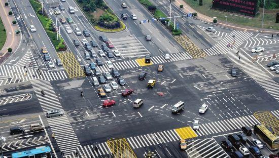 4月25日,岳麓大道与金星路交会处,车辆在直行车辆待驶区等候。