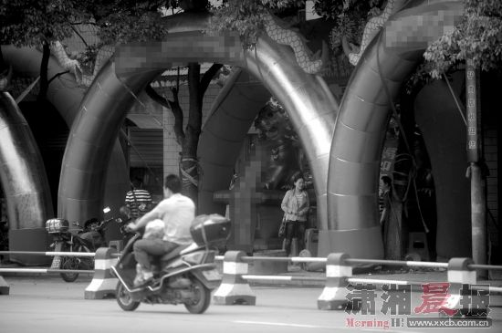 5月9日,安乡县,酒店门前竖起了多个办寿宴用的充气拱门。图/记者李坤