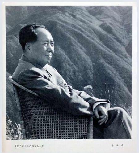 江青(笔名李进)于1961年拍摄的毛泽东在庐山坐像(黑白照片)