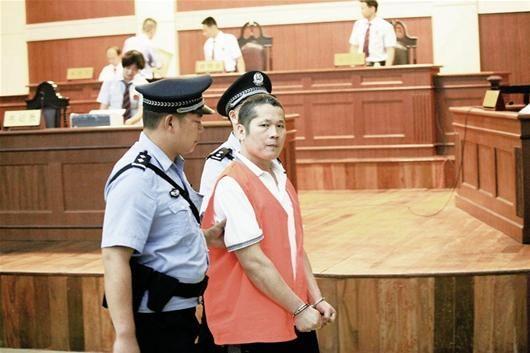 图为:袁丹平在法庭上
