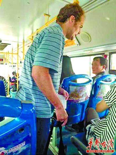 """402路公交车上,一名老外向乘客""""求助""""。@骑猪D王子 摄"""