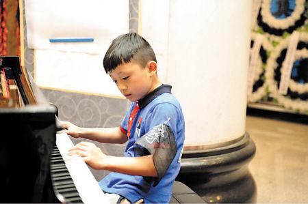 丧礼上钢琴谱子-去世 8岁儿子追悼会上弹钢琴送行