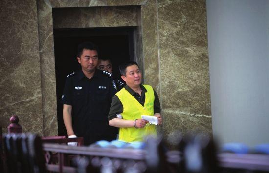 5月28日,吉首市人民法院,被告人彭彬被押进法庭。图/记者赵赫廷