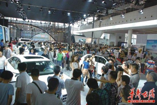 6月2日,2013湖南车展最后一天,恰逢周日,迎来观展人流和销售高潮。 记者 陈龙 摄