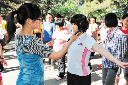 5月30日,吉林大学附属中学高中部在进行高三考生安检演练。新华社记者 张楠 摄