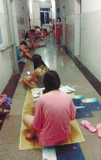 6月19日,湘潭职业技术学院医学院(原湘潭卫校),寝室里太热,同学们只好在走廊上透气。