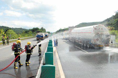 郴州一槽罐车高速被追尾 20吨天然气泄漏