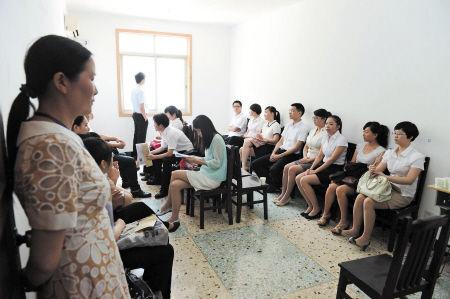 准备面试的考生在候考室静静等待。   石祯专 陈稀奏 摄影报道