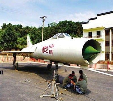 """""""这台歼8e战斗机从北京军区的遵化基地编余飞机储藏大队托运而"""