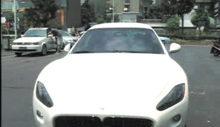 看到价值不菲的玛莎拉蒂跑车,正在倒车的刘先生竟然分神失误将面包车撞了上去。