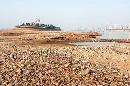 2012年7月25日,橘子洲附近裸露的河滩。