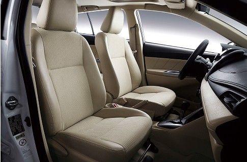 车顶内饰板内凹式设计,车内平整的地面,使得头部与腿部空间都十分舒适