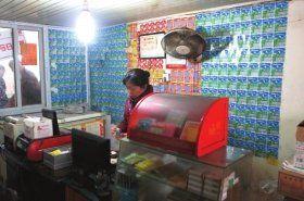 10月25日,汽车城内的一家彩票店产出了新一期的500万元得主。 本报记者邓昊摄