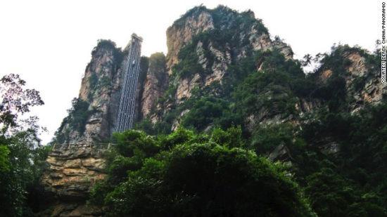 图为中国湖南张家界的百龙观光电梯。