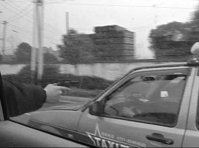 交警拔枪示警,黑的置之不理。