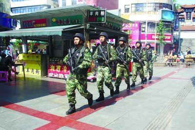 湖南武警节假日真枪实弹巡逻 便衣驻守人群聚集地
