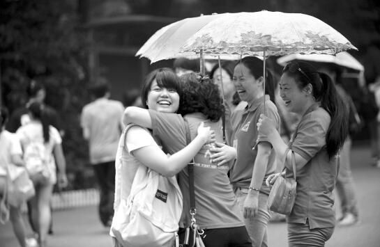 6月7日,长沙市一中考点,数学考试开始前,考生(左)与前来助阵的老师相互拥抱。