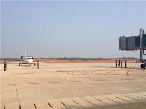 衡阳南岳机场迎来首架飞机降落(图)