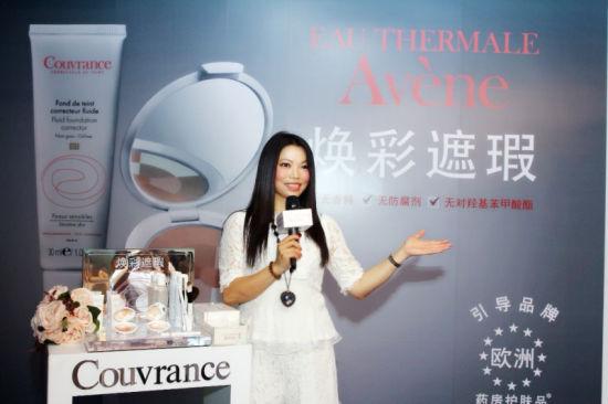 雅漾品牌公关经理Diana Chen在介绍产品