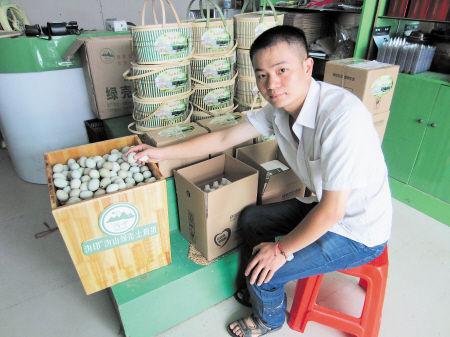 昨日,刘沩正在合作社将他的沩山绿壳土鸡蛋装箱。中秋节前几天,他的订单特别多。受访者供图