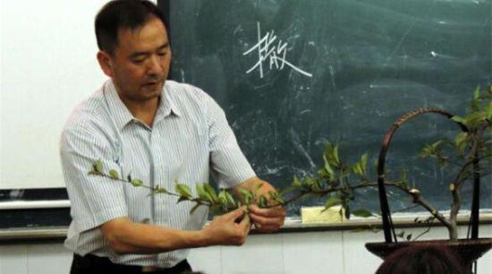 宁波市风景园林协会插花艺术分会会长;2006年获得