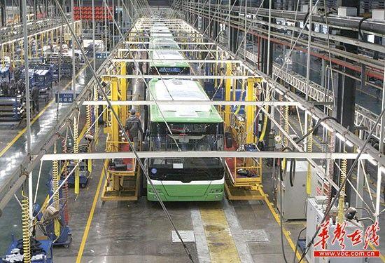 12月11日,株洲南车工作人员在生产电动巴士。 记者 赵持 摄