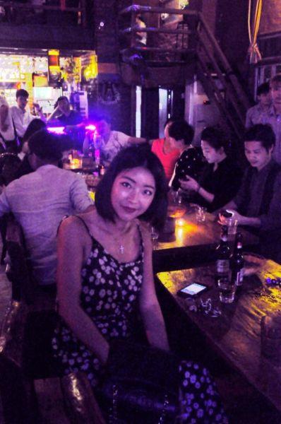 酒吧门口美少妇们最爱拍照