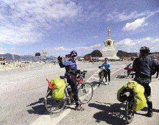 13名老人骑行2300公里抵拉萨 年纪最大已70岁