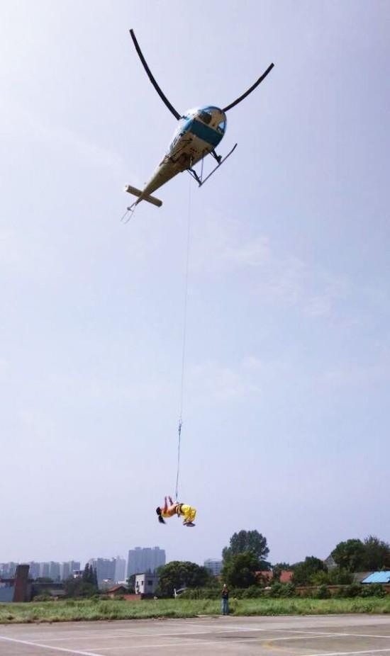 碗悬挂直升机12分零6秒的成绩打破由浙江李康乐保持的吉尼斯世界纪录
