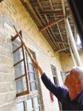 地震致老房子外墙裂缝加大