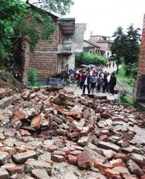 强降雨致衡阳一中学围墙坍塌