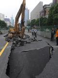 长沙城区道路塌陷现大坑