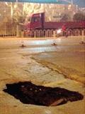 长沙书院路路面出现大坑