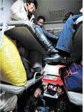 乘客挤在临时改为硬座的车内