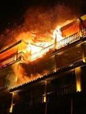 凤凰江边宾馆突发大火