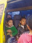 岳麓区一校车荷载11人塞进30人