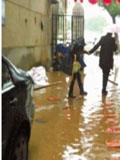 长沙某居民楼被粪水包围