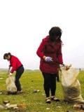 月亮岛的居民捡拾垃圾